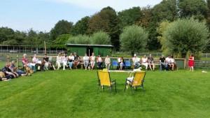 Certificaat uitreiking van de zomercursus. Heerlijk weer, dus gezellig op de woefweide. De baasjes met hun hondjes kunnen met trots terug kijken op de cursus, goed gedaan allemaal!